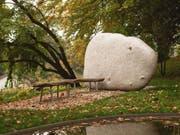 Ein Weiher, Bänke und eine Steinskulptur - der Ort des Dankes für Organempfänger in Bern. (Bild: INSEL-GRUPPE)