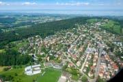 St.Gallen von oben: Auch in Rotmonten wurden in den vergangenen Jahren ältere Häuser durch grössere Neubauten ersetzt. Vorne links neben dem Fussballplatz ist das Weiterbildungszentrum der Universität St.Gallen zu erkennen. (Bild: Urs Bucher - 9. August 2011)