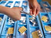 Noch keine Pille gefunden wurde für das Ansteigen der Gesundheitskosten. (Bild: KEYSTONE/GAETAN BALLY)