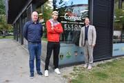 Freuen sich auf die Zusammenarbeit: Patrick Müller (Präsident HSC Kreuzlingen), Drenit Tahirukaj (Nationalspieler Kosovo) und André Salamin (Leiter SBW Talent-Campus Bodensee). (Bild: Markus Rutishauser)