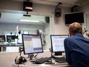 Mehrheitlicher Umzug von Bern nach Zürich absehbar: Ein Mitarbeiter von SRF 4 News in einem Studio in Bern. (Bild: KEYSTONE/ANTHONY ANEX)
