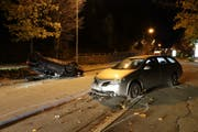 Die Unfallstelle vom Mittwochabend auf der Oberstrasse. Links auf dem Dach liegend der Wagen des Unfallverursachers. (Bild: Stadtpolizei St.Gallen - 6. November 2019)