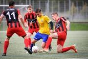 Ein Uzwiler (gelb) kämpft gegen drei Bazenheider um den Ball. Am Samstag treffen die beiden Teams im Cup erneut aufeinander. (Bild: Ralph Ribi)