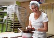 Ob Zuckerguss oder eben Schokolade – Hauptsache süss. Marion Schön in ihrem Produktionsraum an der Bergstrasse. (Bild: PD)