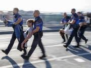 Aktivisten der Bewegung «Extinction Rebellion» gegen die Klimakrise wurden am 20. September von der Polizei weggetragen und in Gewahrsam genommen, nachdem sie eine zentrale Brücke in Lausanne blockiert hatten. (Archivbild). (Bild: KEYSTONE/SALVATORE DI NOLFI)