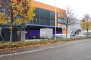 Der violette Reisebus auf dem Vorplatz der Obi-Filiale in St.Gallen. (Bild: David Gadze/5. November 2019)