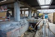In den vergangenen Jahren haben die SBB im Hauptbahnhof St.Gallen die Unterführungen und die Perrons grundlegend modernisiert (Bild: Bauarbeiten am Abgang in die westliche Personen-Unterführung). Jetzt wird noch das Perron 3 erhöht. (Bild: Ralph Ribi - 23. Mai 2014)
