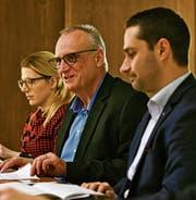 Flankiert von Seraina Hess (Kommunikation) und Stadtpräsident Gabriel Macedo stellt Finanzverwalter Thomas Grimm das Budget der Stadt Amriswil für das kommende Jahr vor. (Bild: Manuel Nagel)