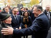 Mit seinem zweitägigen Besuch in Deutschland will US-Aussenminister Mike Pompeo (r.) die transatlantische Partnerschaft stärken. In der Mitte: Sein deutscher Amtskollege Heiko Maas. (Bild: KEYSTONE/AP POOL/JOHN MACDOUGALL)