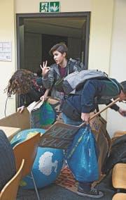 Die Darsteller Julia Berger, Lara Fuchs und Roman Kiwic in einem Zürcher Schulzimmer. (Bild: Gina Folly)
