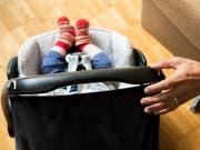 Mit akustischen oder visuellen Signalen mitsamt Vibrationsalarm sollten Fahrer daran erinnert werden, dass sich noch ein kleines Kind in ihrem Auto befindet. (Bild: KEYSTONE/PETRA OROSZ)