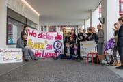 Mit Bannern und Flyern macht das Feministische Hochschulkollektiv auf die Diskriminierung von Frauen an der Universität Luzern aufmerksam. (Bild: PD)