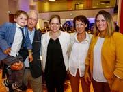 Katrin Eggenberger (Mitte) mit Eltern, Schwester und Göttibub (Bild: Eddy Risch)