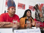 Die Vertreter der indigenen Gemeinschaften Brasiliens, Elizeu-Guarani Kaiowà, Sonia Guajajara, und Kreta Kaingang (v.l.n.r.), warnen vor den Medien in Bern vor den Konsequenzen des Freihandelsabkommens für die Indigenen und die Umwelt. (Bild: Keystone/PETER KLAUNZER)
