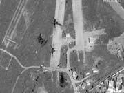Truppen des abtrünnigen Generals Chalifa Haftar haben im April eine Offensive zur Eroberung der libyschen Hauptstadt Tripolis gestartet. Das Satellitenbild zeigt den Flughafen Mitiga nach Luftschlägen durch Haftars Einheiten. (Bild: KEYSTONE/AP Satellite image ©2019 Maxar Technologies)