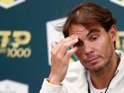 Sorgenfalten: Für Rafael Nadal wird es ein Rennen gegen die Zeit, um bis am Montagabend fit zu werden (Bild: KEYSTONE/EPA/IAN LANGSDON)