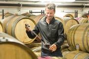 Roland Lenz in seinem Weinkeller. (Bild: Donato Caspari)