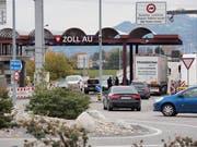 Warten am Grenzübergang von Au nach Lustenau. (Bild: Hanspeter Schiess)