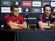 Arsenals Granit Xhaka sitzt an einer Pressekonferenz neben Trainer Unai Emery (Bild: KEYSTONE/EPA/ETIENNE LAURENT)