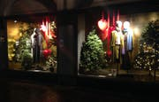 In den Globus-Schaufenstern am Multertor ist bereits im Oktober Weihnachten ausgebrochen. Und egal wie man dazu steht: Schlecht sieht's auf einem nächtlichen Rundgang durch die Altstadt nicht aus. (Bild: Reto Voneschen - 26. Oktober 2019)