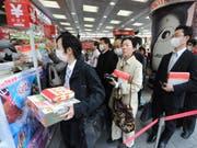 Japans Konsumenten haben vor der Erhöhung der Mehrwertsteuer kräftig eingekauft. (Bild: KEYSTONE/EPA/EVERETT KENNEDY BROWN)