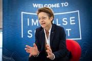 Macht Sitzungen gerne auf dem Sessellift: FIS-Generalsekretärin Sarah Lewis. (Bild: Ralph Ribi)