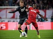 Hoffenheims Stefan Posch (links) gegen Jhon Cordoba vom FC Köln (Bild: KEYSTONE/EPA/SASCHA STEINBACH)