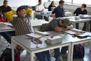 Müde im Unterricht: Jugendliche leiden am morgen. (Bild: Keystone)