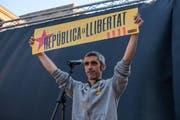 Roger Español verlor durch ein Gummigeschoss ein Auge. Hier hält er eine Schild für die katalanische Republik während einer Demonstration im Mai 2018. (Imago)