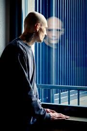 Ein Mann mit zwei Gesichtern: Der Verwahrte Maik B. im Besucherraum der Justizvollzugsanstalt Lenzburg. (Bild: Colin Frei)