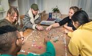 Daniela Leibentritt und Meike Schulz puzzeln mit den Jugendlichen im Esszimmer der Weinfelder Phoenix-WG. (Bild: Andrea Stalder)