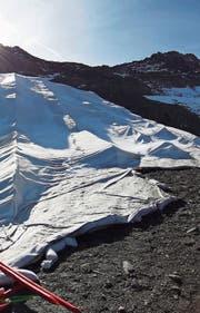 Unter diesen Vliesabdeckungen am Gemsstock wird der Schnee gelagert. (Bild: PD, 19. September 2019)