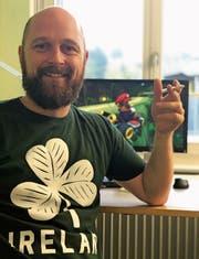Daniel Handschin ist ein leidenschaftlicher Gamer und Fan von Mario Kart (im Hintergrund). Seit er Vater ist, greift er jedoch seltener zur Konsole. Ausserdem baut er in Mosnang die Schulsozialarbeit auf. (Bild: PD)