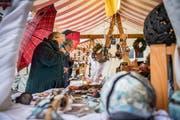 Erste Besucherinnen begutachten das Angebot des Greuterhof-Marktes in Islikon. (Bild: Reto Martin)