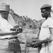 René Gardi mit einem afrikanischen Helfer bei einem Filmdreh. (Bild: PD)