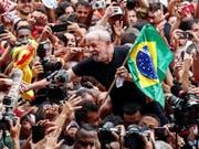 Brasiliens Ex-Präsident Lula da Silva ist einen Tag nach seiner Freilassung von Anhängern als Held gefeiert worden. (Bild: KEYSTONE/EPA EFE/SEBASTIAO MOREIRA)