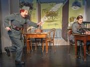 Ordonanz Läppli (Gilles Tschudi) überrascht seinen Oberleutnant Clermand (Raphaël Tschudi). (Bild: Theater Fauteuil/Mimmo Muscio Basel)