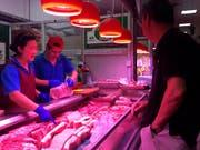 In China ist das Preisniveau überraschend gestiegen - besonders die Preise für Schweinefleisch zogen an. (Bild: KEYSTONE/AP/FU TING)
