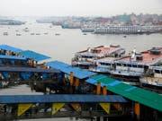 Die Schiffe blieben in Bangladeschs Hauptstadt Dhaka im Hafen. Die Behörden haben angesichts des drohenden Zyklons «Bulbul» den Bootsverkehr aus Sicherheitsgründen eingestellt. (Bild: KEYSTONE/EPA/MONIRUL ALAM)