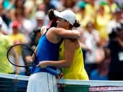 Die Französin Caroline Garcia (links) gratuliert der australischen Weltnummer 1 Ashleigh Barty zum 6:0, 6:0-Sieg im zweiten Einzel des Fed-Cup-Finals (Bild: KEYSTONE/AP/TREVOR COLLENS)