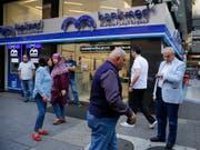 Im Libanon haben Sparer sowie Anleihegläubiger grosse Angst um ihr Geld - die Behörden am Wochenende versuchen, die Lage mit neuen Massnahmen in den Griff zu bekommen. (Bild: KEYSTONE/AP/HUSSEIN MALLA)