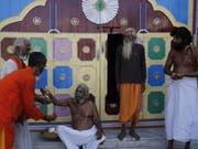 Heilige Hindus feiern am Samstag den Sieg ihrer Religionsgemeinschaft: Indiens Oberstes Gericht hat einen heiligen Ort in Ayodhya den Hindus zugesprochen. (Bild: Keystone/AP/RAJESH KUMAR SINGH)