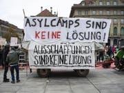 Von diesem Anhänger aus sprachen Flüchtlinge auf dem Berner Bundesplatz zu den Kundgebungsteilnehmern. (Bild: KEYSTONE/PETER SCHNEIDER)