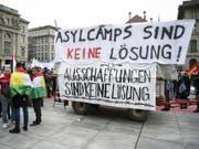 Nationale Demonstration «Asylcamps sind keine Lösung» am Samstag in Bern. (Bild: Keystone/PETER SCHNEIDER)