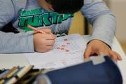 Ob klassische Hausaufgaben einen Nutzen bringen, darüber wird an diversen Luzerner Schulen diskutiert. (Bild: Stefan Kaiser, Neuheim, 30. November 2017)
