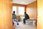 Samuel, der unerkannt bleiben möchte, und Tesfaldet (re) in einem Zimmer der Nothilfeunterkunft. (Bild: Philipp Unterschütz (Sarnen, 31. Januar 2019))