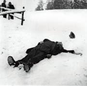 Robert Walser liegt tot im Schnee. Er starb 1956 auf einem Spaziergang in der Umgebung von Herisau. (Bild: Robert-Walser-Stiftung/Keystone)