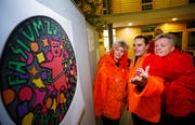 Die OK-Mitglieder Karin Werder (von links), Marco Gattiker und Felix von Reding enthüllen das neue Logo. (Bild: Stefan Kaiser (8. Februar 2019))