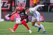 Kampf um den Ball zwischen Luzerns Lucas Alves (rechts) und dem Neuenburger Kemal Ademi. (Bild: Martin Meienberger / Freshfocus, Neuenburg, 10. Februar 2019)