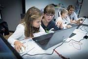 Informatik-Ferienkurs für Primarschüler, dabei lernen sie die Grundlagen des Programmierens. (Bild: Ralph Ribi (St.Gallen, 4. Oktober 2017))